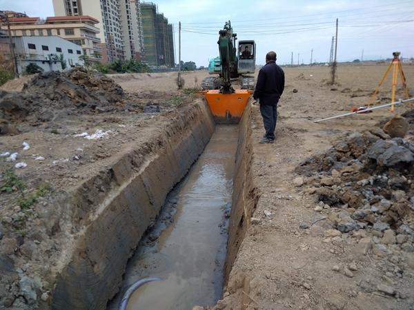 梯形水渠施工现场,灌溉渠现浇施工